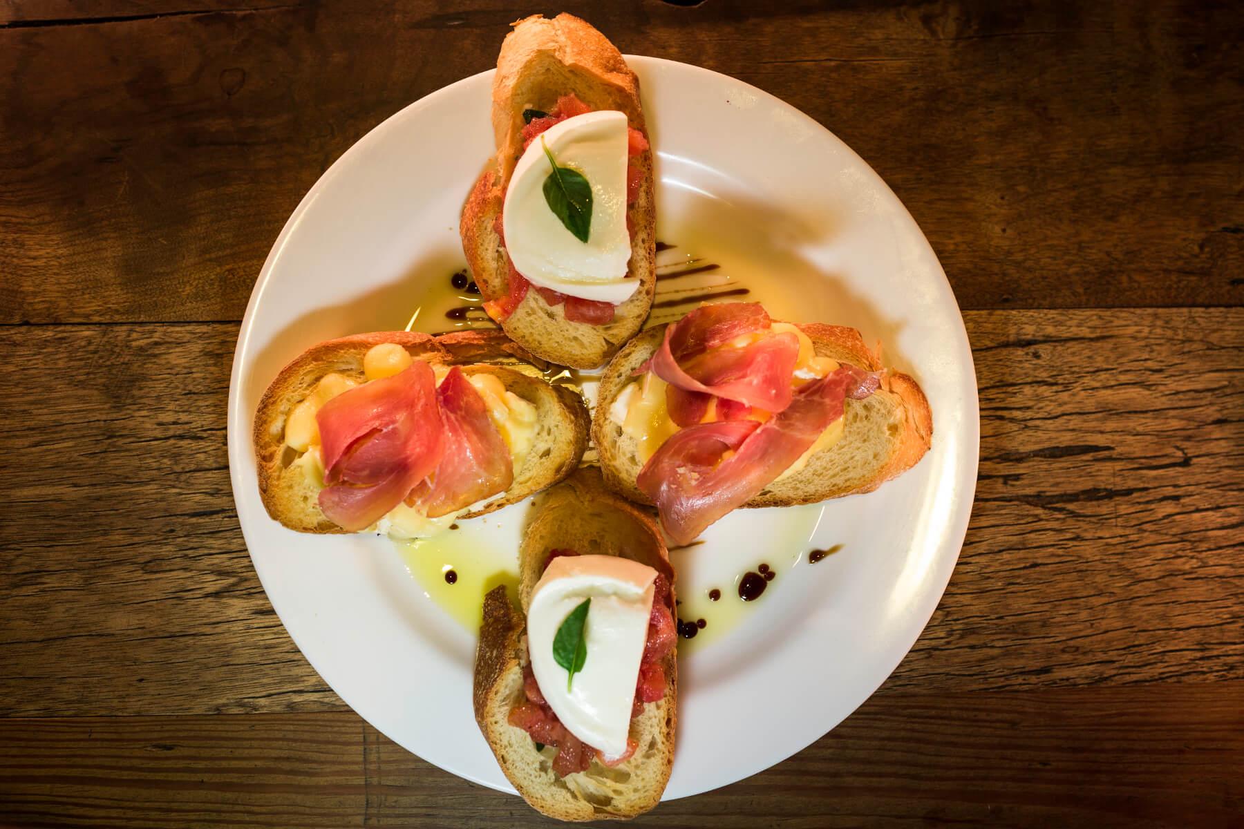Bruschettas – Tomate e Mussarella Bocó e Presunto de Parma e Queijo Brie