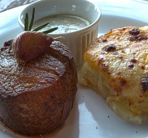 Filé mignon ao molho de gorgonzola e batatas gratinadas