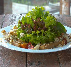 Mix de folhas, pupunha caramelizado, gorgonzola, crocante de castanhas e tomate