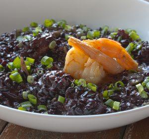 Risoto de arroz negro com camarões
